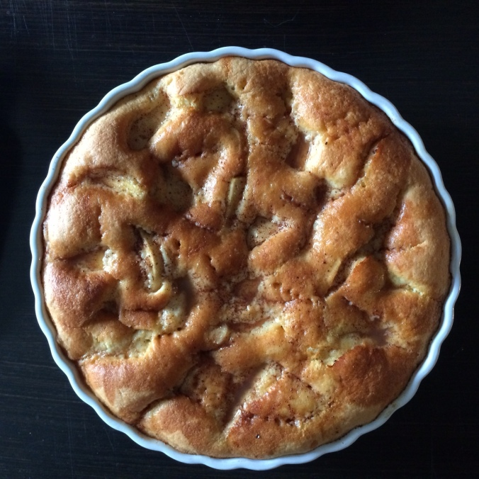 """Sunday was """"cozy day""""; we had a long breakfast, took a walk and when we came back, I baked a Fall favourite of mine: apple pie. / Søndag var """"hyggedag"""", så vi spiste en god, lang morgenmad, gik en tur og da vi kom hjem, bagte jeg én af mine efterårs favoritter: æblekage! <3"""