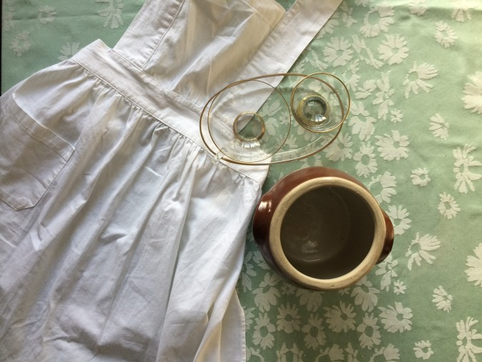 At the local second hand store, I found a bunch of treasures. These were the ones that made it home with me: an old-style apron, a tea-set in glass and a ceramic container. / I den lokale second hand butik fandt jeg masser af skatte. Disse var dem der kom med hjem: et gammeldags forklæde, et te-sæt af glas og en keramik krukke.