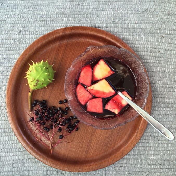 Elderberry soup with apples and cinnamon. / Hyldebærsuppe med æbler og kanel