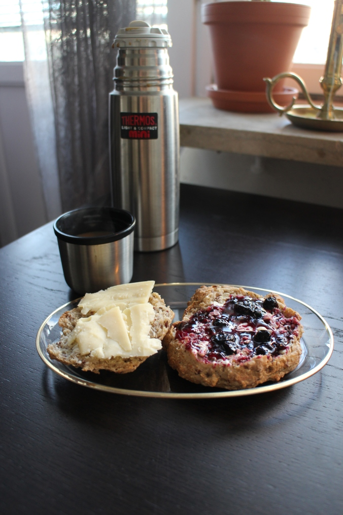2nd breakfast of this morning: homemade buns and a cup of coffee from the thermos. / Dagens 2. morgenmad i morges: hjemmebagte boller og en kop kaffefra min lille termokande. :)