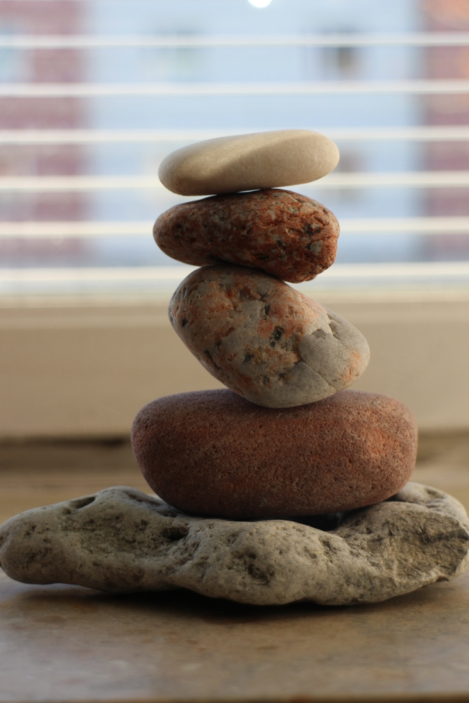 Balancerede sten i min vindueskarm inden jeg påbegyndte skriveriet... / Balanced stones in my windowsill before embarking on writing...